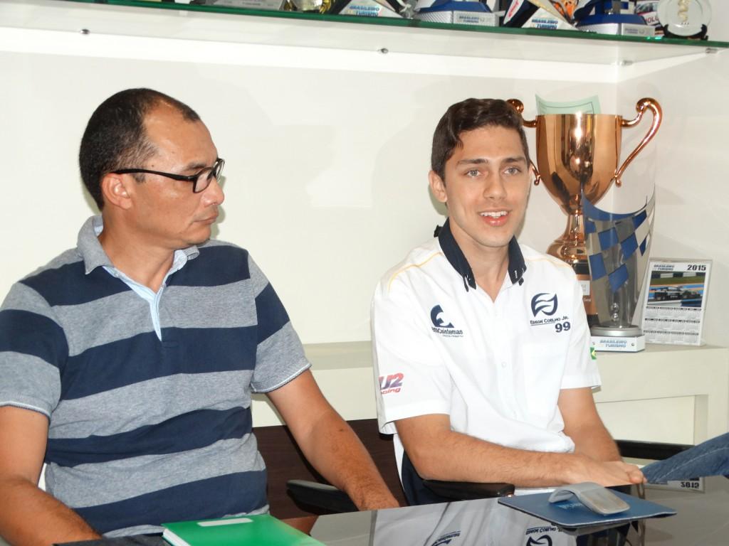 O assessor Emerson Duarte e o piloto durante coletiva na manhã desta segunda-feira (5)