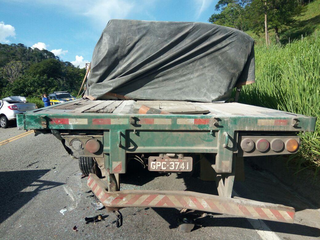 O condutor da carreta saiu ileso do acidente